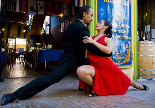 argentina_buenos_aires_unidentified_couple_dancing_tango_in_the_street.jpg