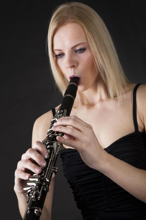 1200-25858737-woman-playing-clarinet.jpg