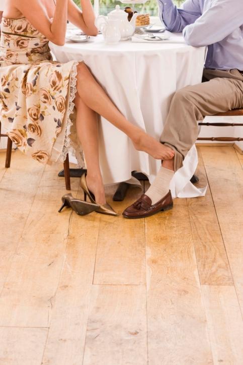 Гладить ноги под столом
