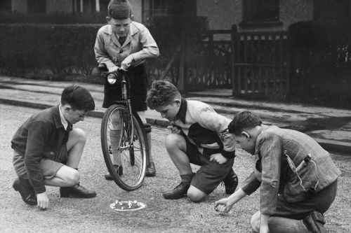 Children-playing-marbles-game-in-the-street-1947.jpg