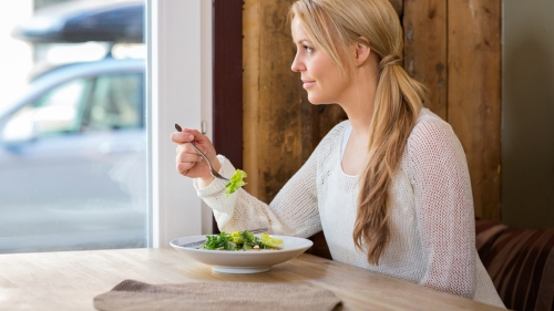 woman-eat-alone-restaurant-stock-today-150824-tease3_46681b7787ced78d015fe652cb2a36fe.jpg